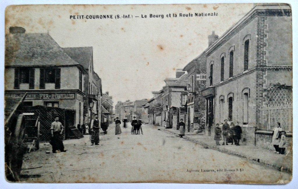 Carte postale ancienne montrant l'entrée sud de Petit-Couronne (Seine-Inférieure)